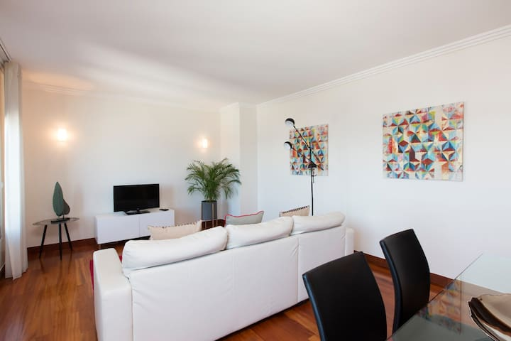 Living room with central heating and cable TV with 180 channels