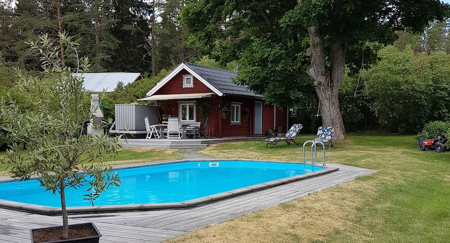 Quiet, cosy cottage in the woods with pool.