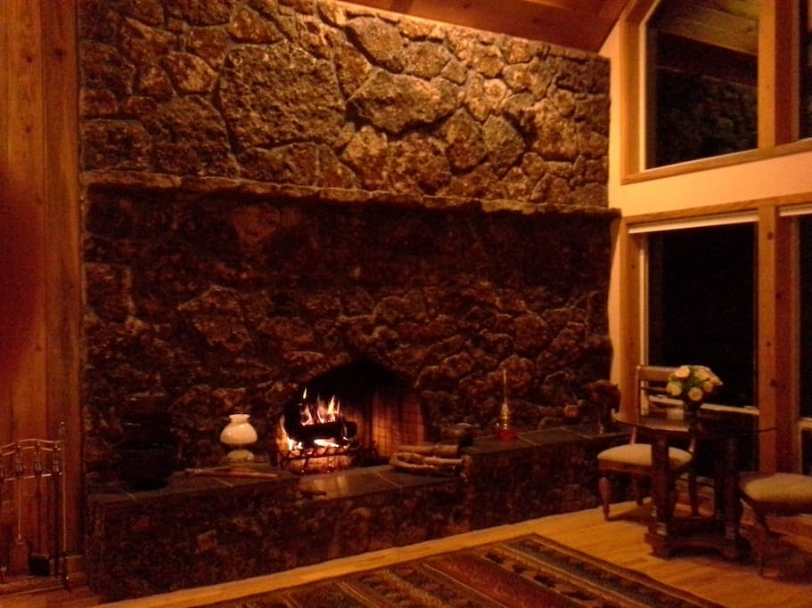 FIRE PLACE ROOM TO ENTERTAIN