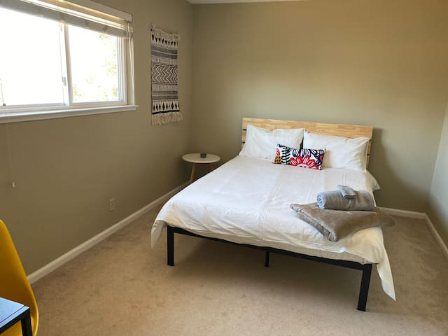 e3. Private Bedroom /Queen Bed- Shared Co-ed House