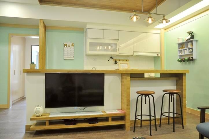 結合北歐家居與日式雜貨等元素風格.加上寬敞客廳.設有吧台.非常適合家人朋友歡聚聊天休憩的好所在
