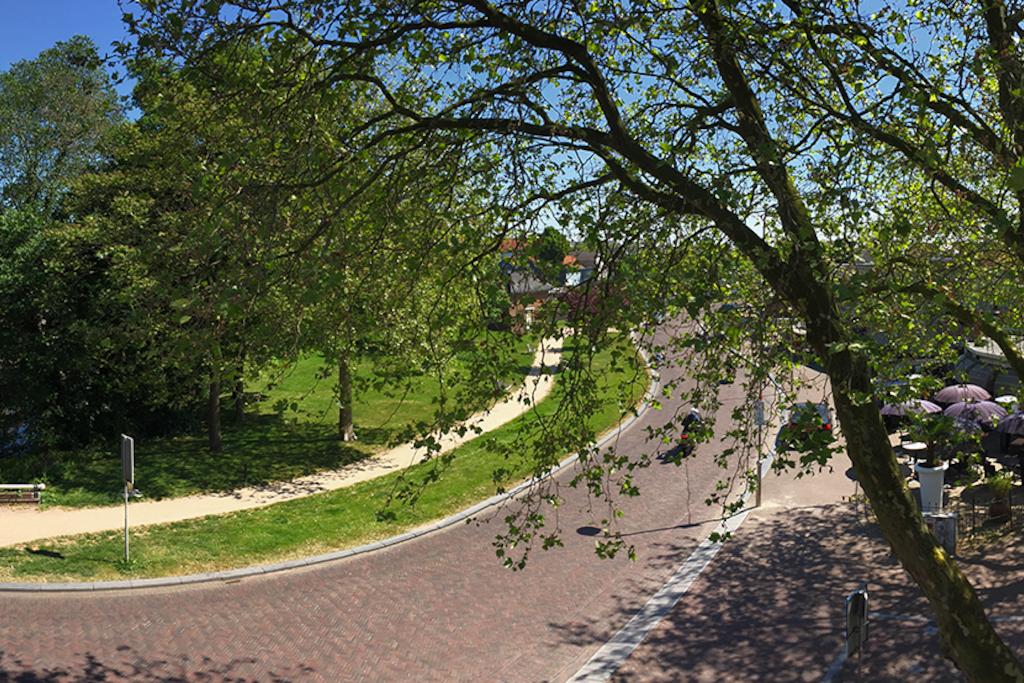 Panorama uitzicht met tegenoverliggend parkje en aan de rechterzijde de binnenstad van Sneek.