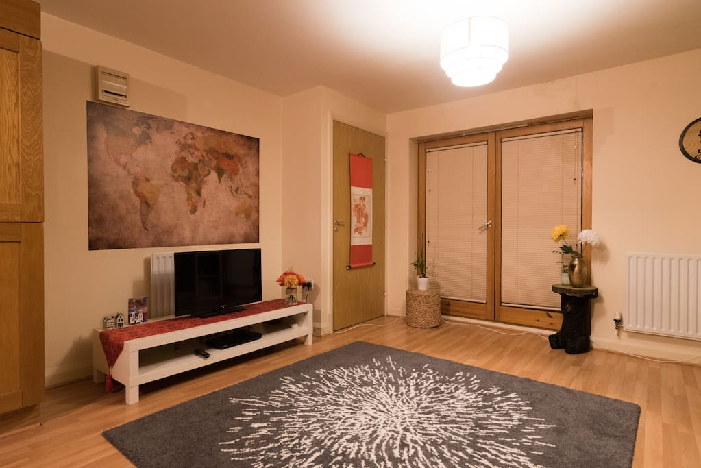Spacious and modern living room area suitable for families and professionals