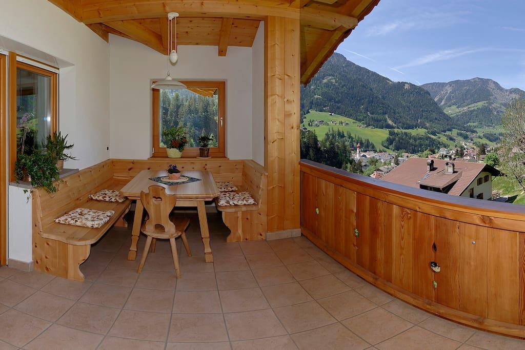 Große Terrasse mit Panoramablick, wo Sie an warmen Sommertagen auch gemütlich zusammensitzen und essen können!
