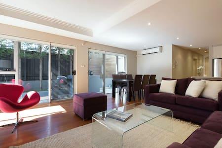 Quiet Stylish Mosman Apartment - มอสแมน
