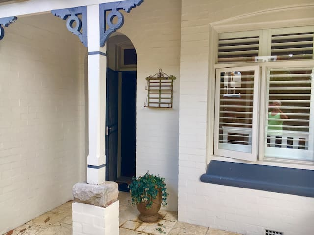 Fantastic Location With Own Bedroom and Parking - Crows Nest