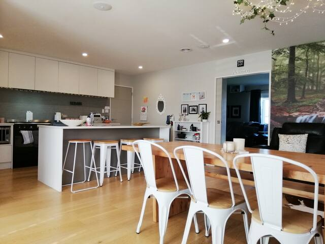 Stunning Raumati Beach Home- avail oct & xmas hols