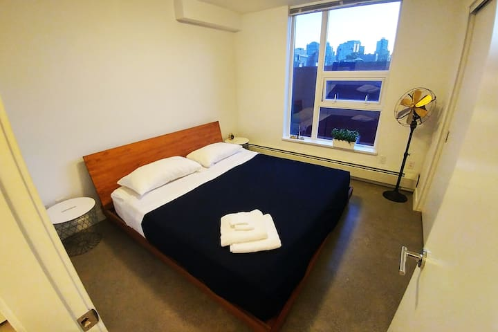 King bed in 2 BR apartment in Chinatown