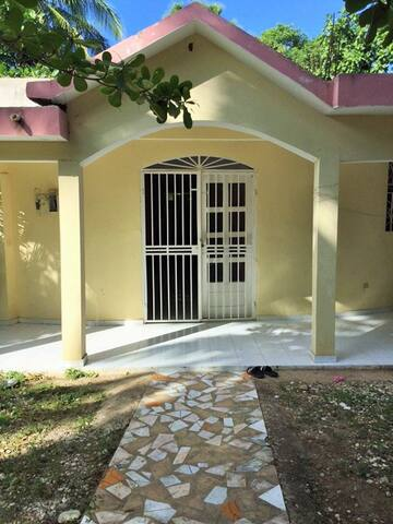 Private Room w Double Bed & Bath - Jacmel - House