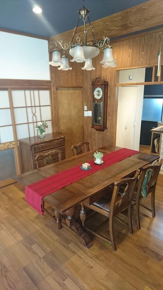 インテリアコーディネーターのオーナーが選び抜いた、居心地よいアンティーク家具のリビングで、どうぞゆったりとお過ごしください。 In the living room of cozy antique furniture selected by the owner, the interior coordinator, please relax.