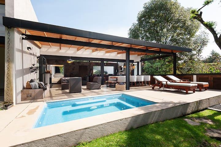Espectacular, Nueva y Moderna Casa en Avándaro.