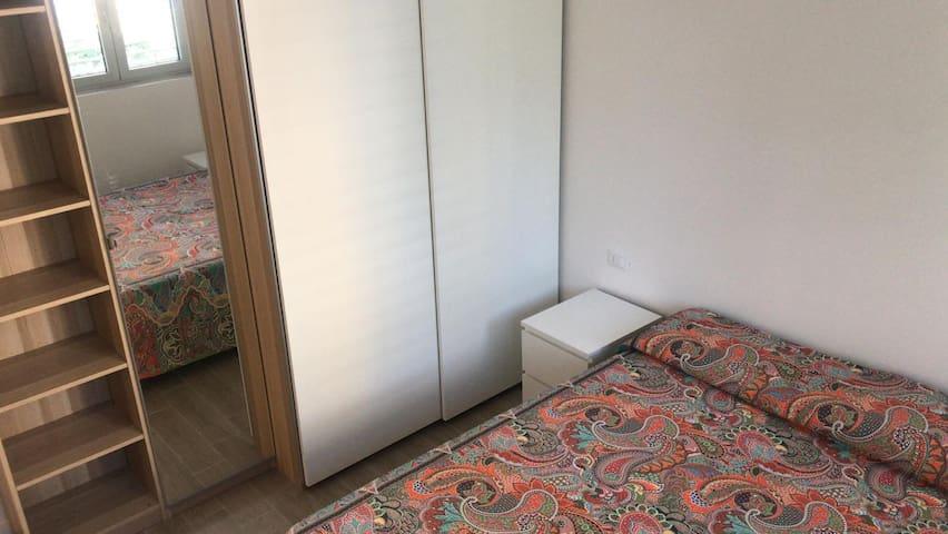 ampio armadio e scrivania