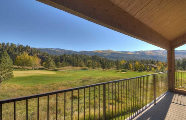 Spacious Condo: Unbeatable Views, Skiing & Hiking
