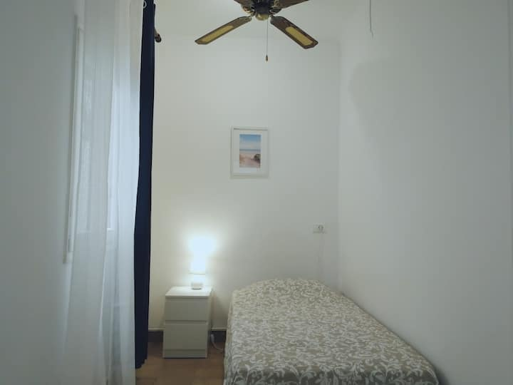 Light and cosy single room in Ibiza center