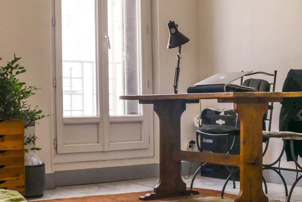 Bureau, tapis, dans la chambre !