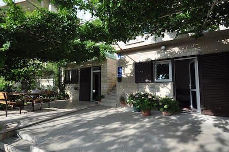 Apartments Klarić / Studio A2 - Jesenice, Dugi Rat