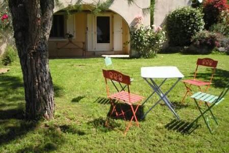 Studio plain-pied avec terrasse, cour et jardin - Compeyre - Byt