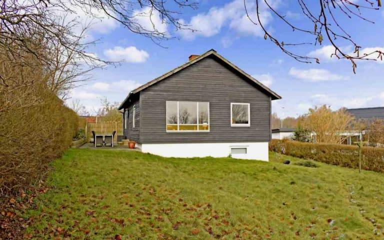 Dejligt lille kolonihave hus i retro stil.