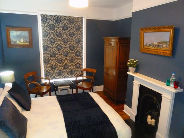 En-suite double bedroom & breakfast West Hill