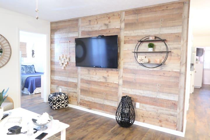 *NEW* 3 Bedroom Condo. Granite, W/D, Smart TVs