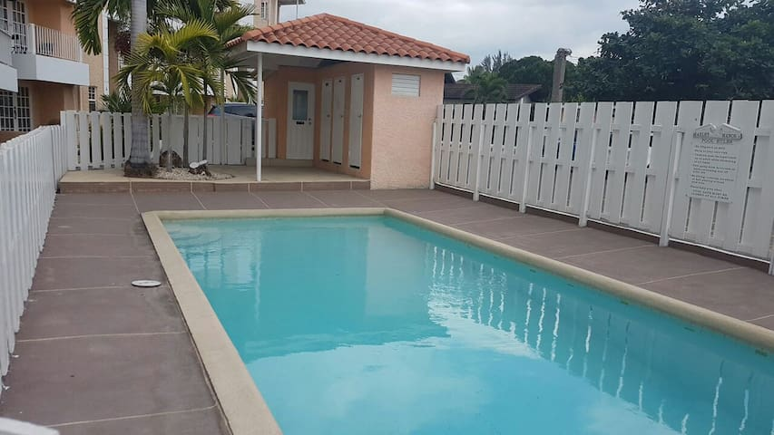 Gated Complex, 24/7 Security, Pool, 14 Restaurants - Kingston - Apartment