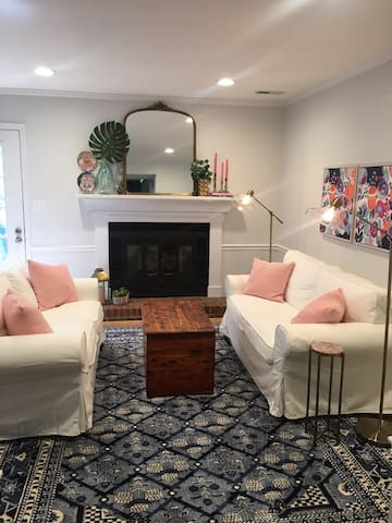 Single Queen room in chic townhome