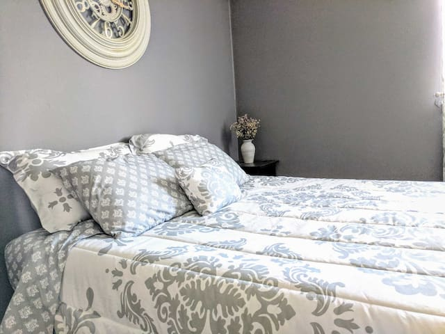 Charming Private Bedroom - Close to Colleges!
