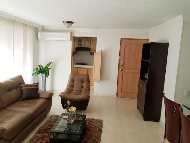 Apartamento 3 alcobas, con aire acondicionado.