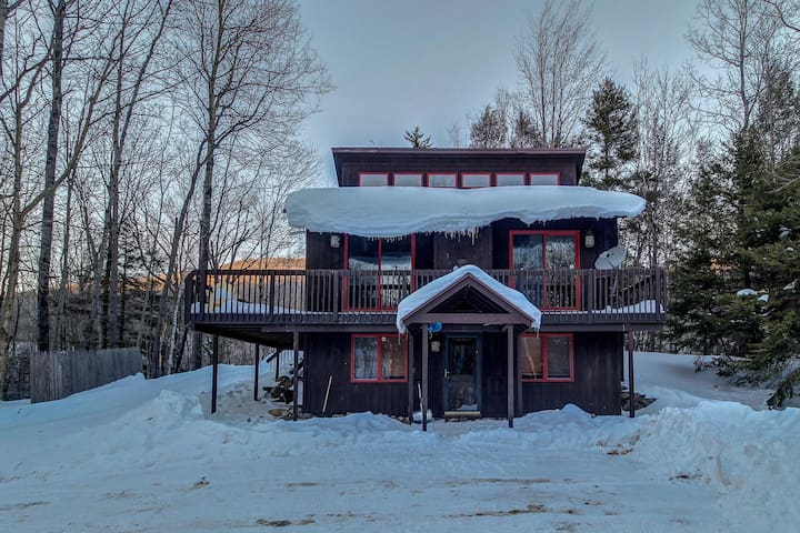 Spacious chalet w/private hot tub, close to Buttermilk Falls - 1 mile to Okemo