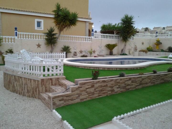 Villa med svømmebasseng og privat parkering