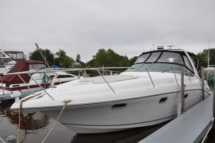 Well-appointed 35' express cruiser - Riverside