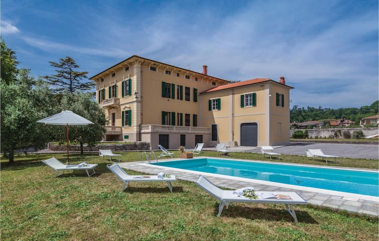 Holiday cottage with 6 bedrooms on 450m² in Lucca LU