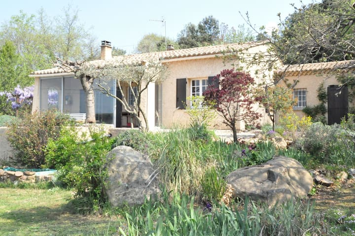 Quiet villa with swimming pool in the area around Uzès.