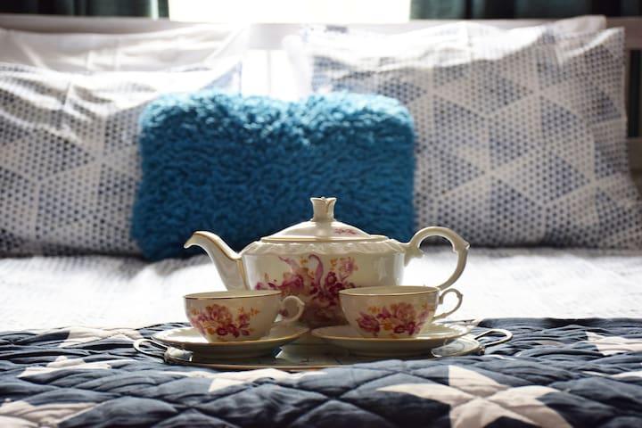Bij aankomst opgemaakt bed. Handdoeken aanwezig Slaapkamer OOST is een slaapkamer  voor 2 personen. Kan ook voor 1 persoon. Babybedje is mogelijk om er bij te plaatsen.