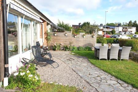 Mysigt radhus med egen trädgård och sjöutsikt.