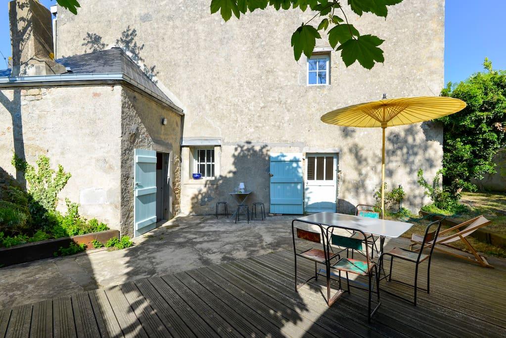 la cour avec terrasse/jardin