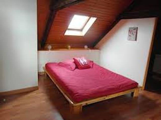 chambre à l'étage ( 1 lits pour 2 + 1 lit gigogne)