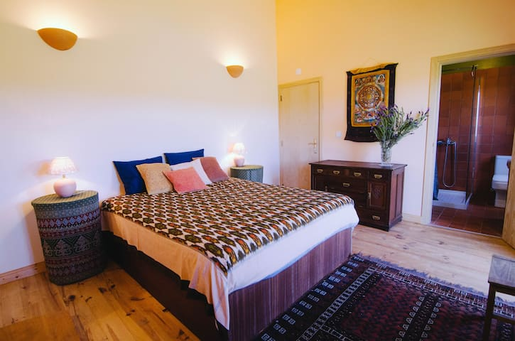 """Romantic and spacious room with """"private"""" beach - Rogil - Ev"""