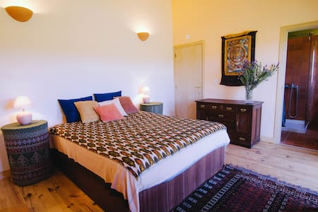 """Romantic and spacious room with """"private"""" beach - Rogil"""