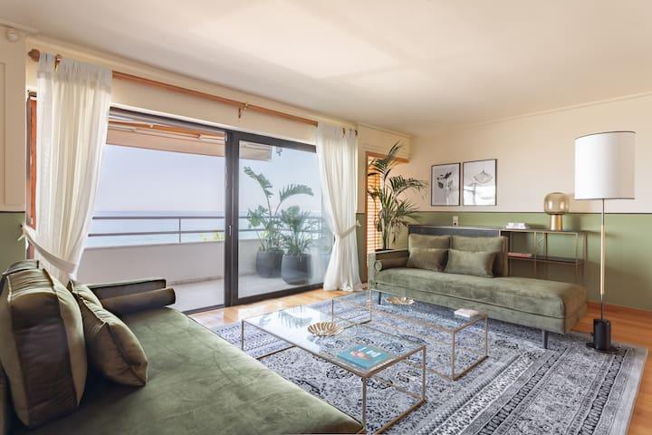 Georgeous Sea Views from Lush Apartment, Beachside