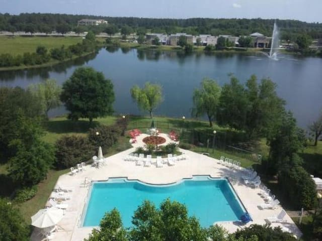 Lakeside King Unit for 2! Pool! Parking!