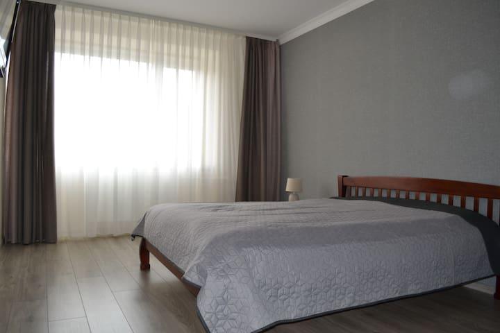 Просторная спальня с кроватью king-size