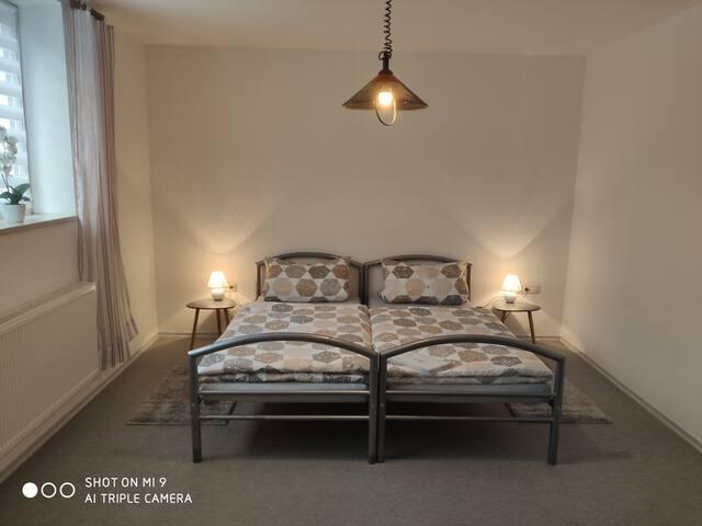 Großes Zweibettzimmer mit Couch und (Raucherzone).