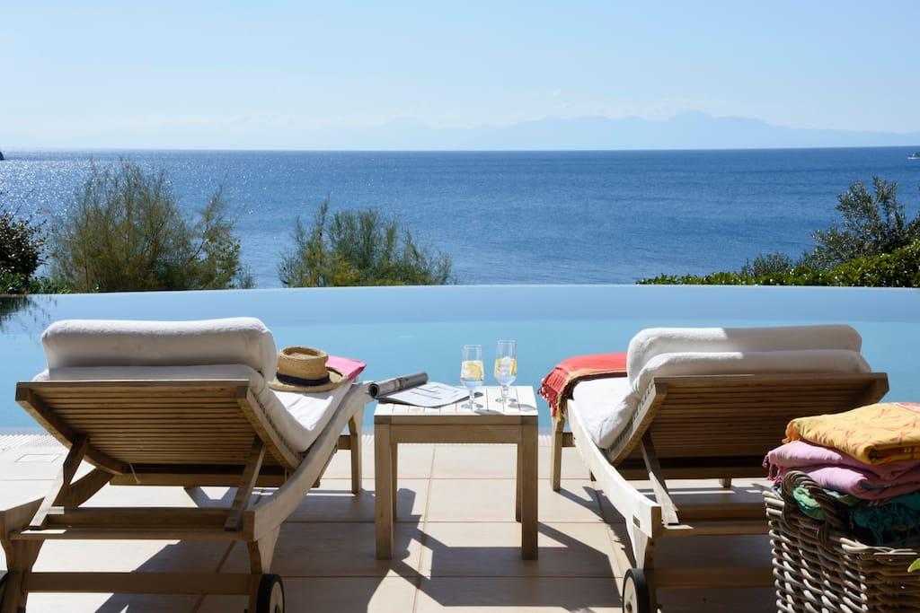 Goldie 5 bedroom beachfront villa skiathos ville in for 300 piedi quadrati a casa