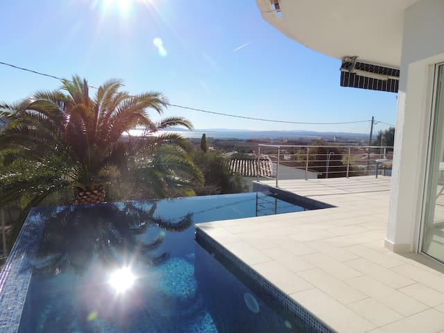 3 Reyes -Fantastic, modern Villa with stunning views over the Bay of Roses, Infinity Pool