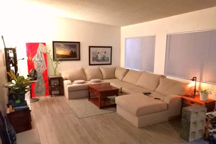 Private room & bathroom 5 minutes to beach and LAX
