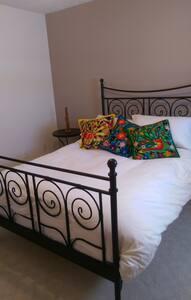 Newly renovated, bright condo - Sudbury - Reihenhaus