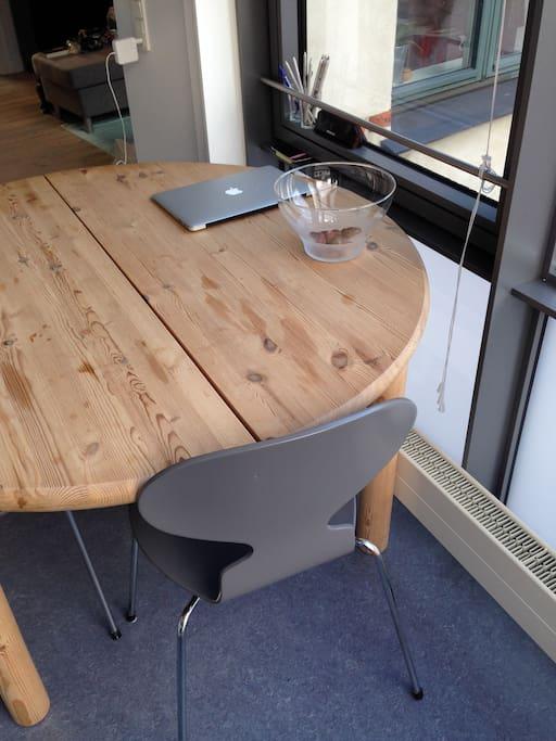Spisebord i køkkenet – god til lange samtaler :)