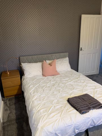 Bright double bedroom in Abington, Northampton