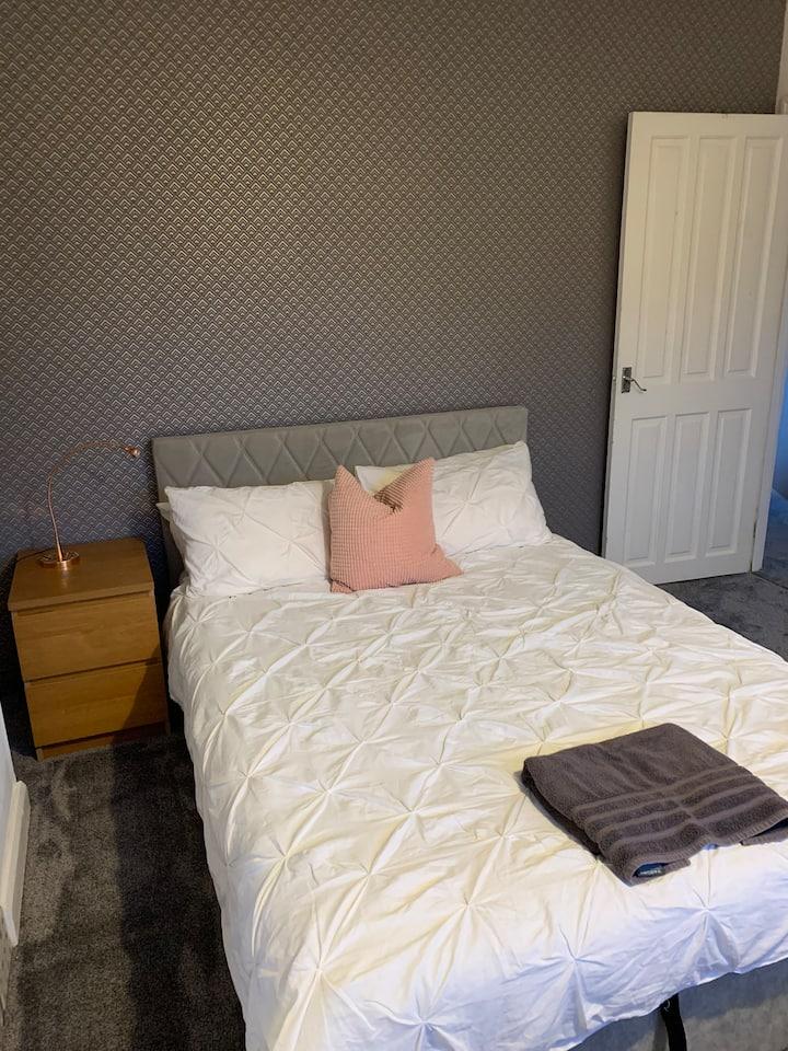 Bright double bedroom in Abington, Northampton